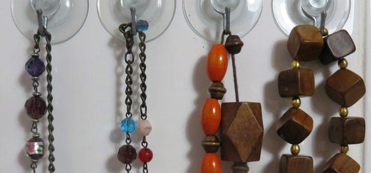 Halsketten an Haken mit Saugnäpfen aufhängen - Happy Home Hamburg