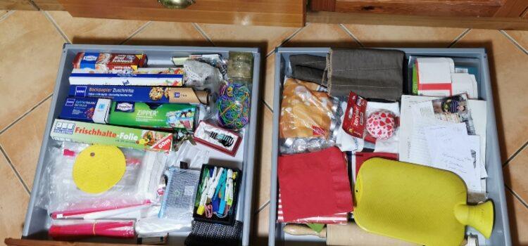 Schublade aufräumen in der Küche