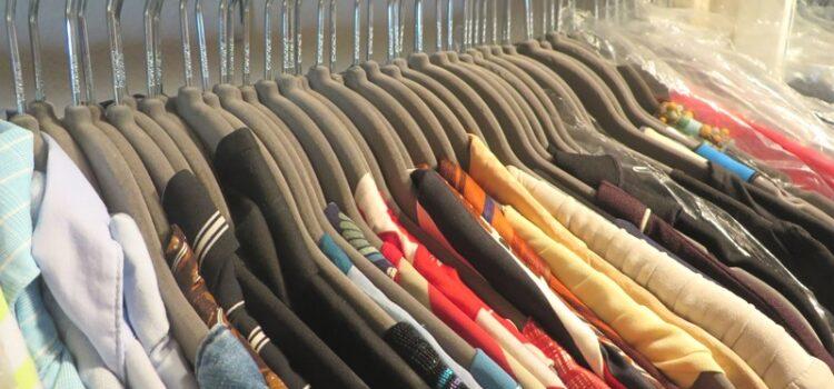 Einheitliche Kleiderbügel Kleiderschrank